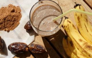 Банановый смузи с финиками и кэробом