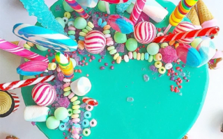 Учимся украшать торт конфетами и шоколадками к знаменательным событиям