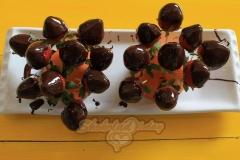 Шаг последний: Букет шоколадных цветов со свежей клубникой.