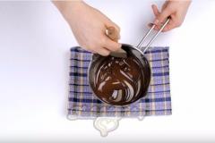 Горький шоколад на водяной бане.
