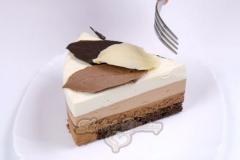 Кусочек муссового торта три шоколада.