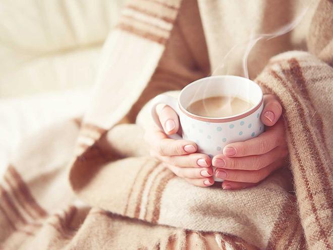 Уютный плед и чашка шоколада.