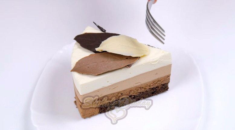Кусочек муссового торт три шоколада.
