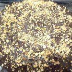 Фото 2. Бисквит с кусочками шоколада.