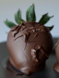 Цельная клубника в шоколаде.