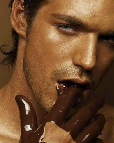 Шоколадный мачо знает с чего начинать секс.