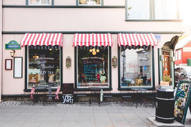 Фото витрины красивого магазина.