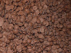 Фото 2. Темперирование. Шоколад в дисках (их называют каллеты).