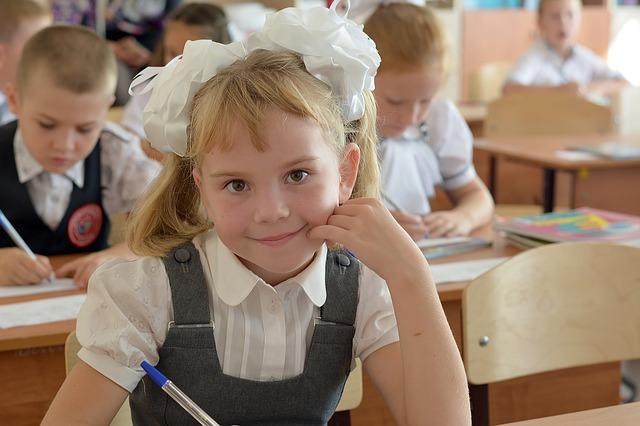 Школьница за партой.