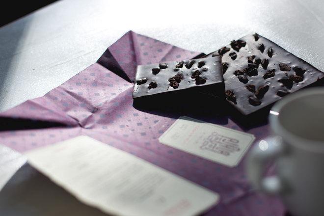 Плитка горького шоколада.
