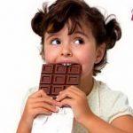 Девочка с шоколадкой. Горький шоколад польза или вред.