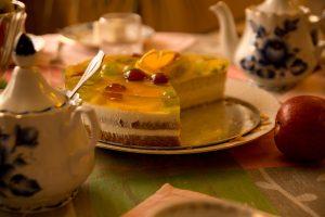 Фото 3. Чаепитие со сладостями прекрасно повышает настроение.