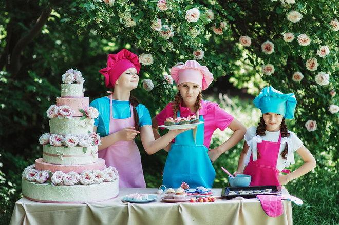 Торт на праздник можно приготовить всей семьей. Дети готовят торт.