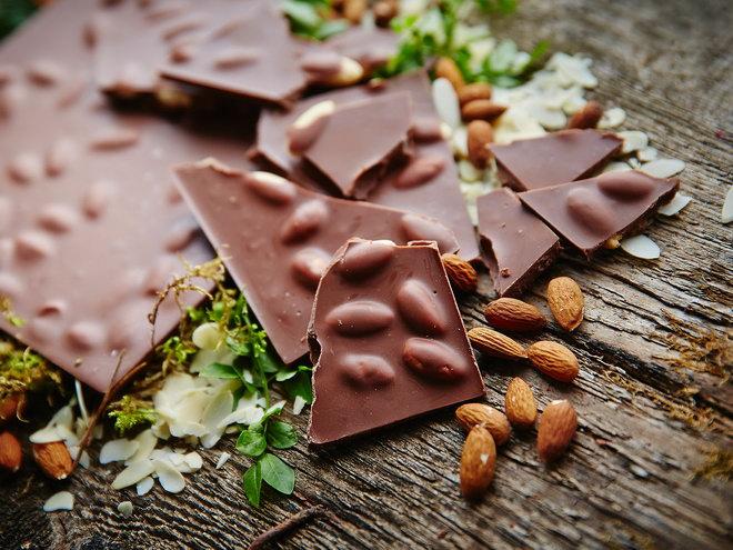 Фото 01. Разломанный молочный шоколад с орехами.