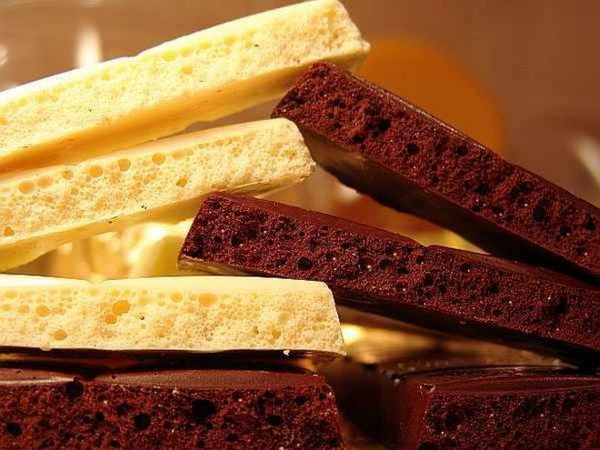 Разные сорта пористого шоколада.