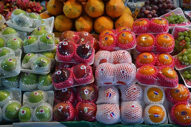 Разнообразные фрукты в сетках для правильного питания.