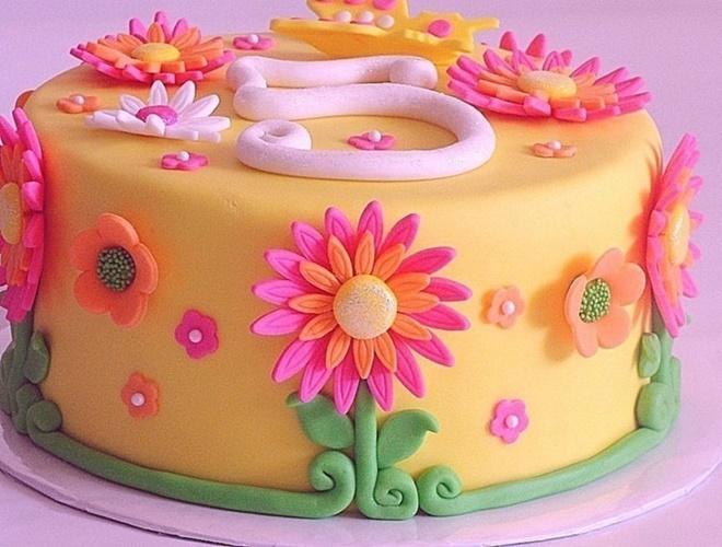 Фото detskij tort ukrashen saharnoj mastikoj.