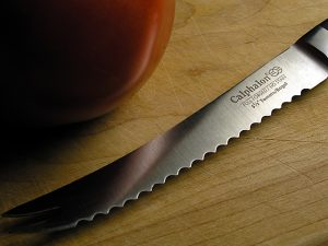 Фото Нож с зубчатым лезвием.