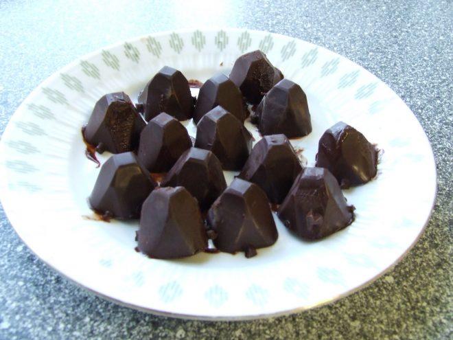 Фото 1. шоколадные конфеты на тарелке