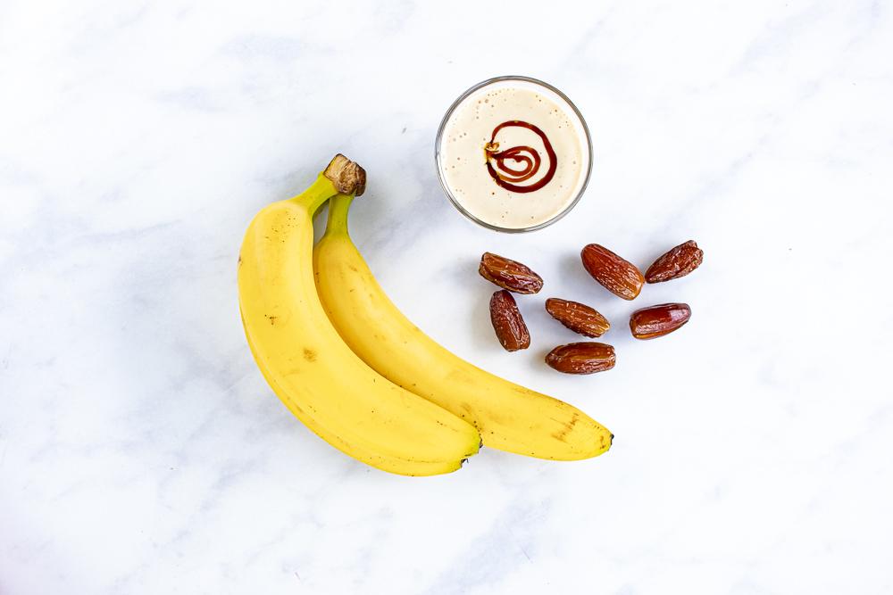 Фото finiki smuzi banany na stole.
