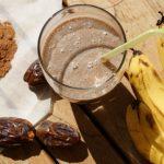 Миниатюра к статье Банановый смузи с финиками и кэробом