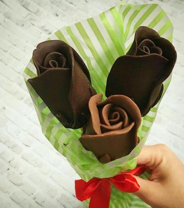 Buket roz iz shokolada