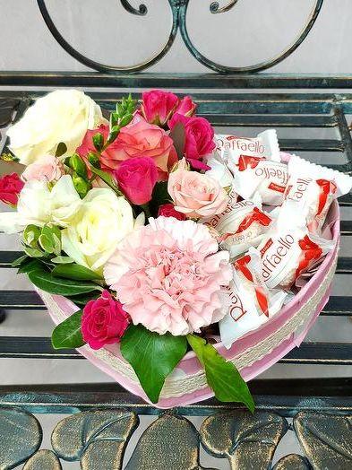 Buket iz shokolada i zhivykh tsvetov v korobke