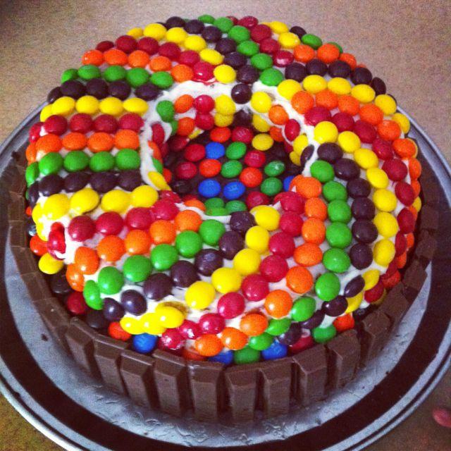 Фото tort ukrashennyj konfetami i shokoladkami 12.