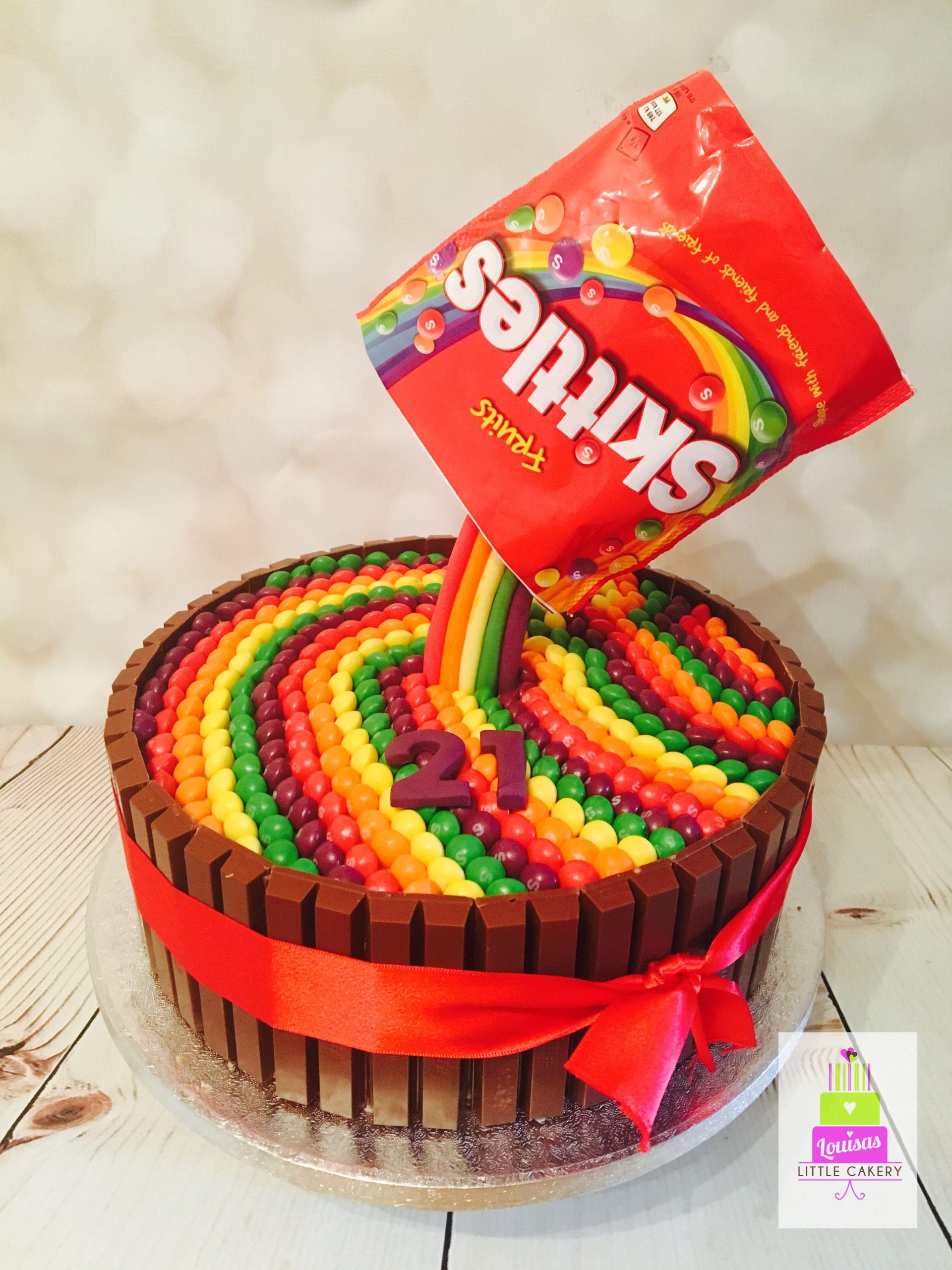 Фото tort ukrashennyj konfetami i shokoladkami 16.