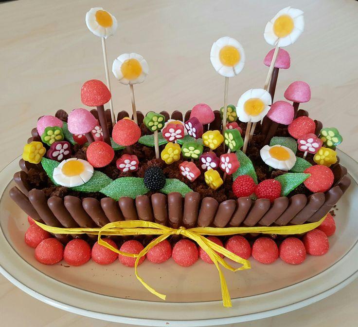 Фото tort ukrashennyj konfetami i shokoladkami 17.
