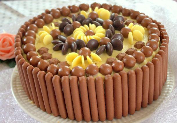Фото tort ukrashennyj konfetami i shokoladkami 19.