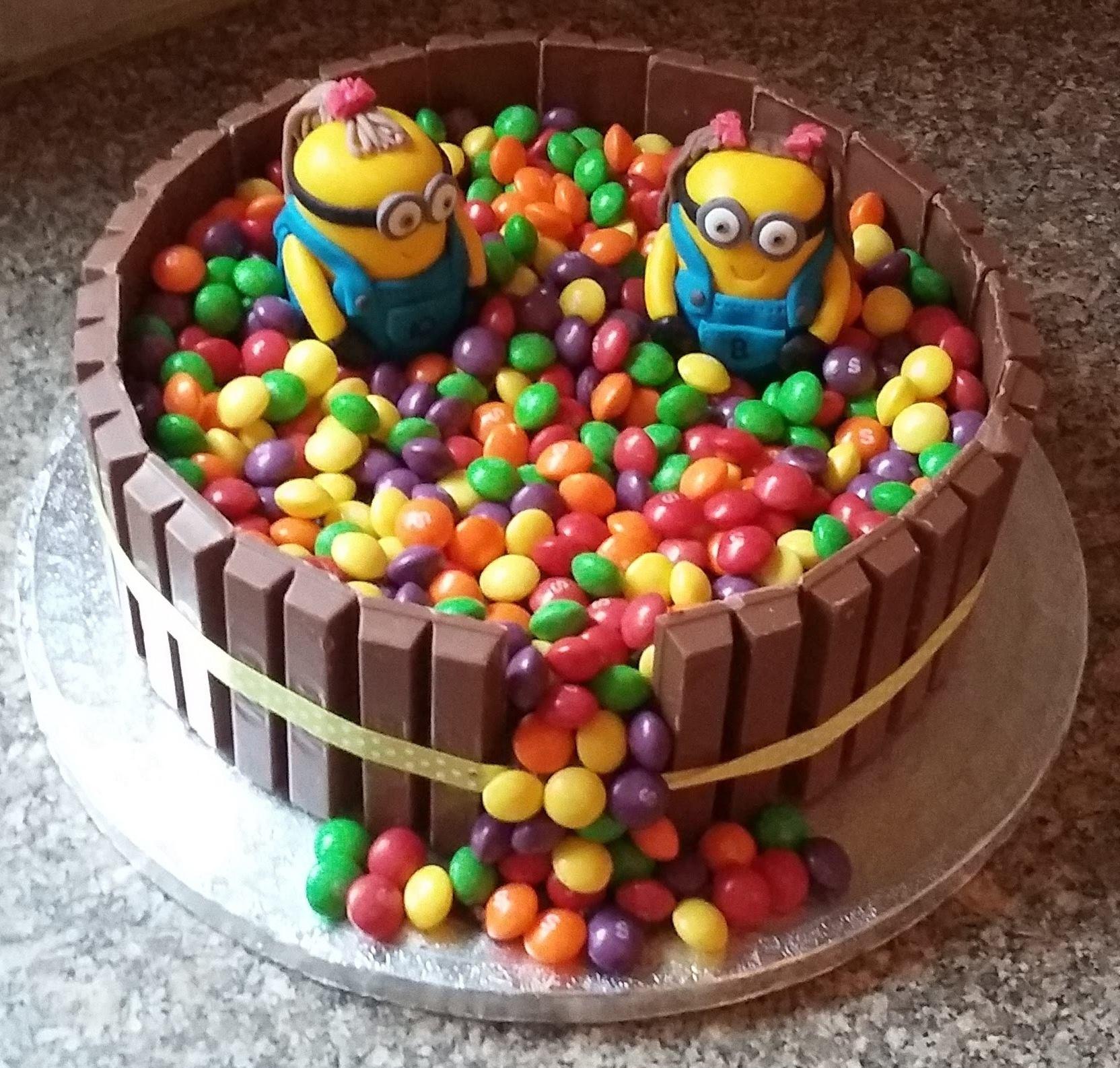 Фото tort ukrashennyj konfetami i shokoladkami 2.