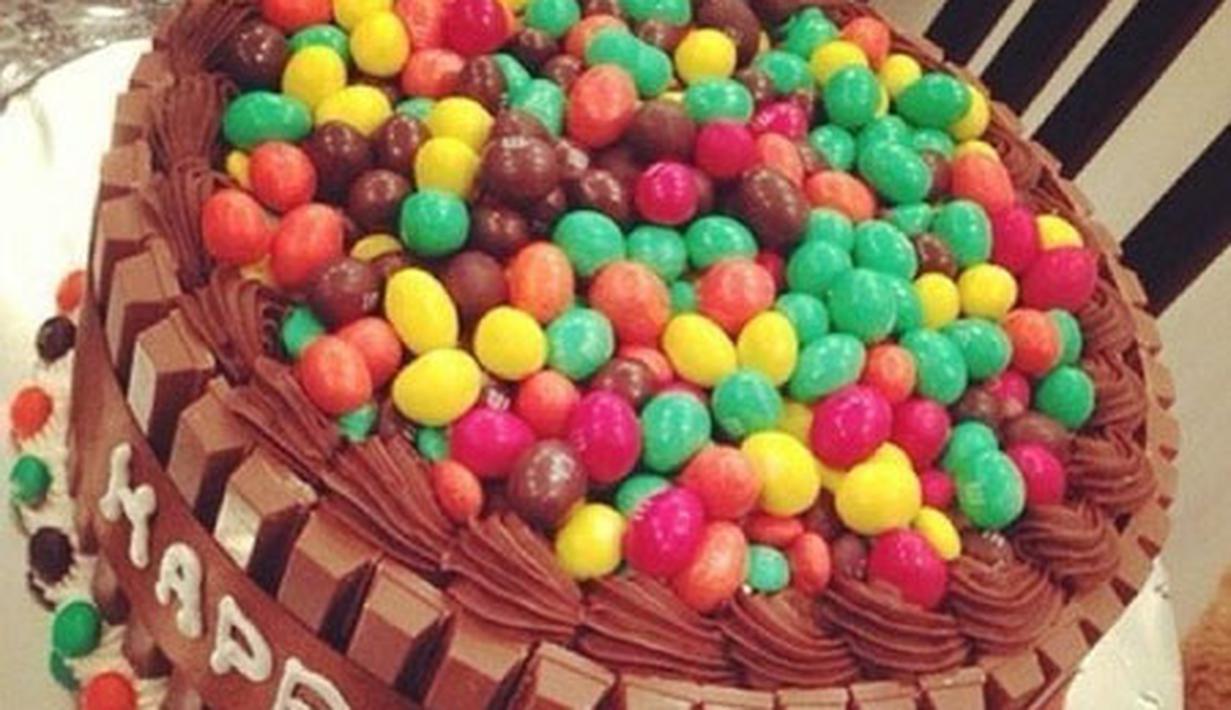 Фото tort ukrashennyj konfetami i shokoladkami 23.