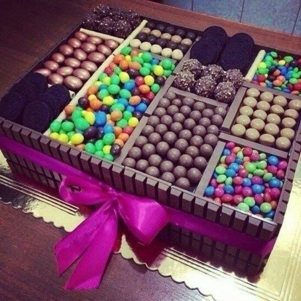 Фото tort ukrashennyj konfetami i shokoladkami 24.
