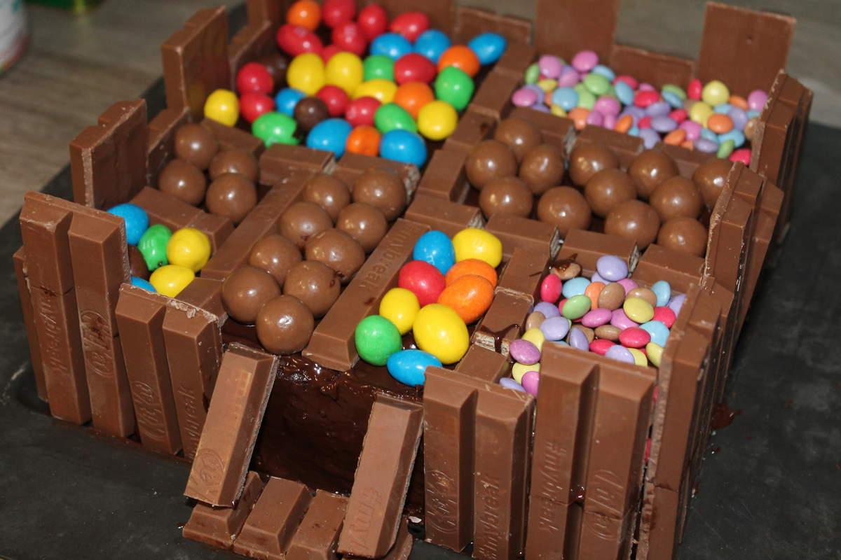 Фото tort ukrashennyj konfetami i shokoladkami 25.