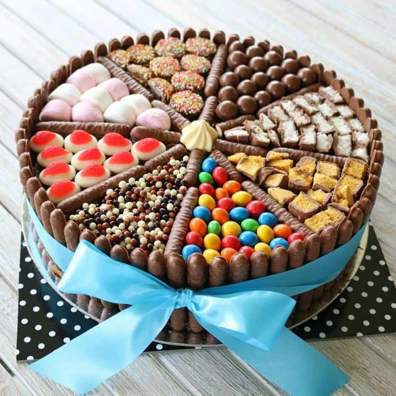 Фото tort ukrashennyj konfetami i shokoladkami 3.