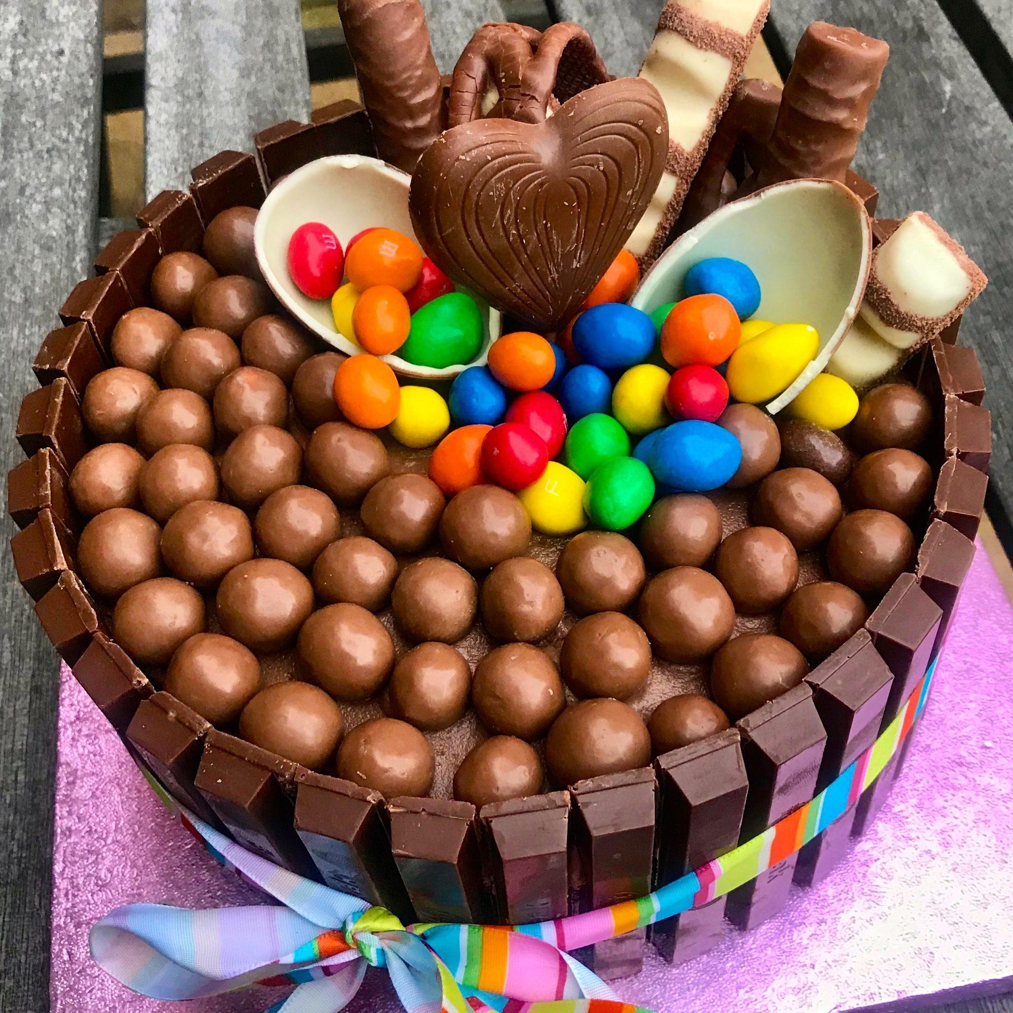 Фото tort ukrashennyj konfetami i shokoladkami 4.