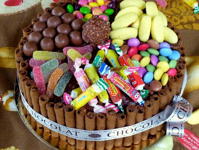 Фото tort ukrashennyj konfetami i shokoladkami 62.