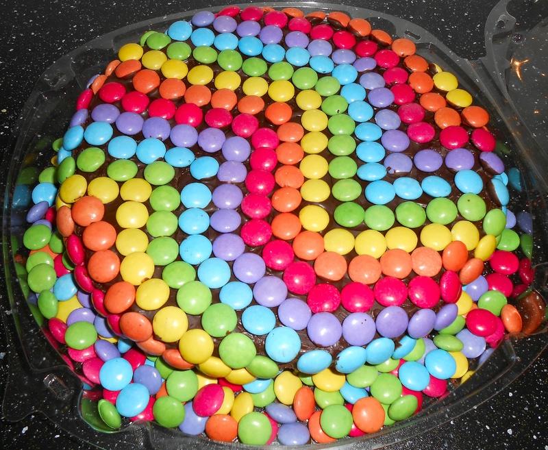 Фото tort ukrashennyj konfetami i shokoladkami 67.
