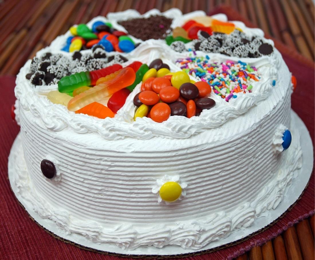 Фото ukrasheniya torta iz konfet i shokolada 43.