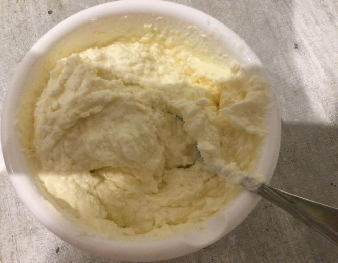 Фото smeshivanie ingredientov dlya krema ruleta.