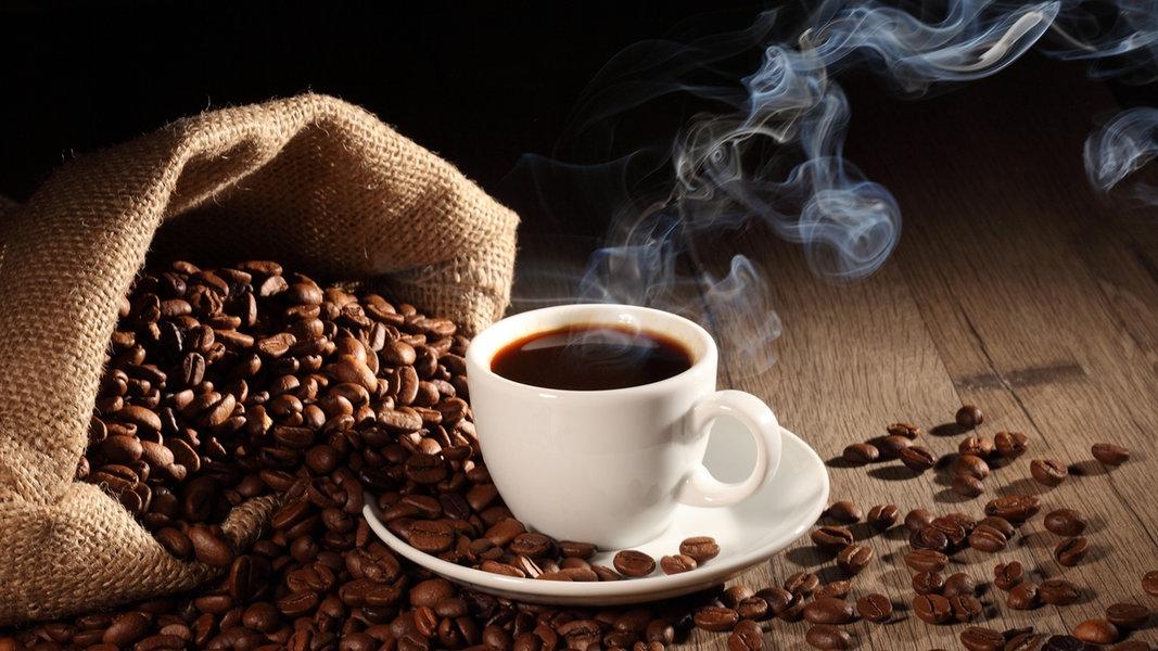 Фото chashka kofe i kofejnye zerna.