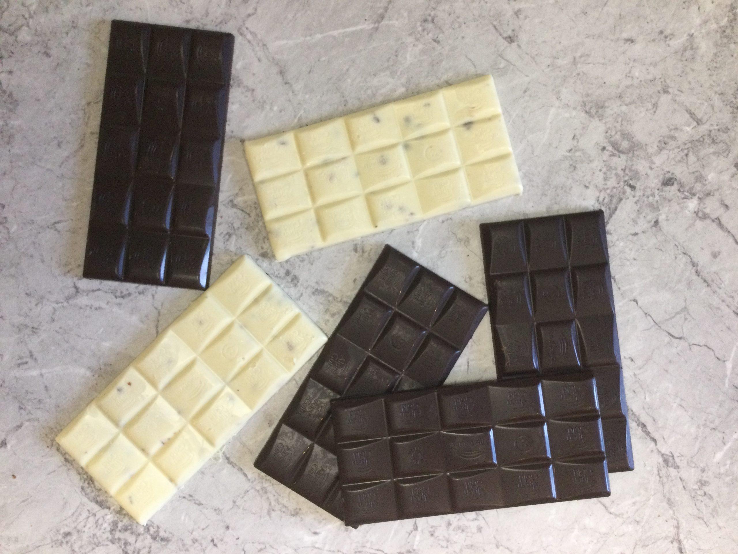 Фото belye i chernye plitki shokolada.