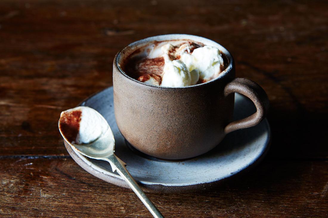 Фото чашка горячего шоколада.
