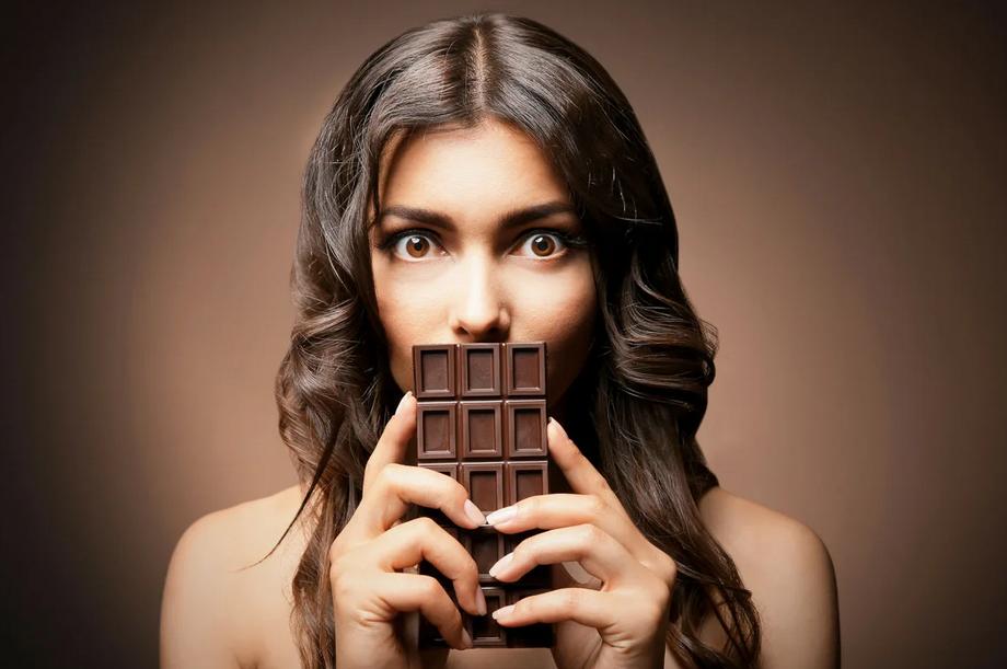 Фото Девушка с шоколадом.