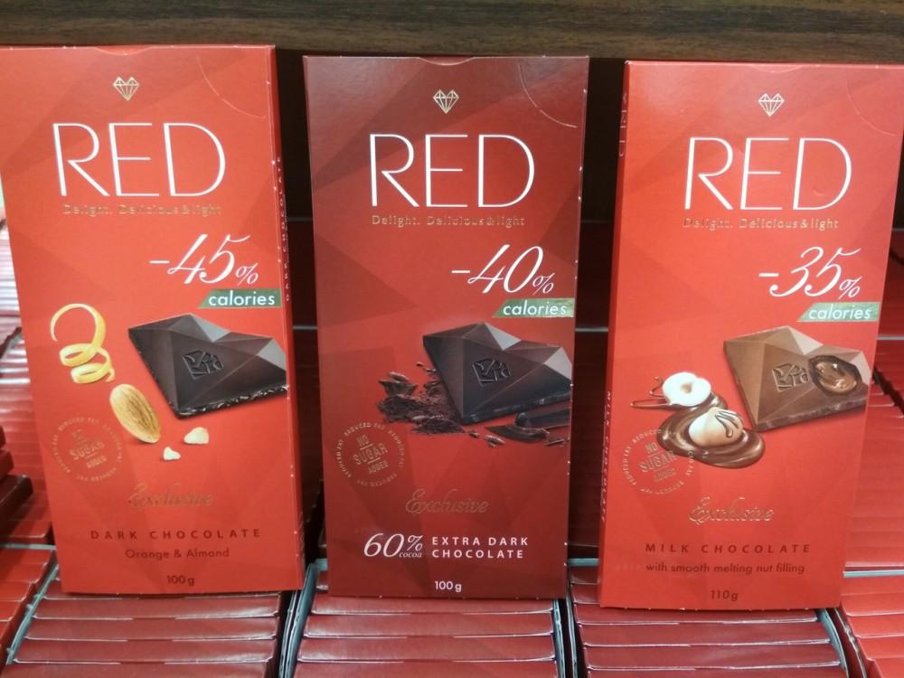 Фото Низкокалорийный шоколад в красной упаковке.