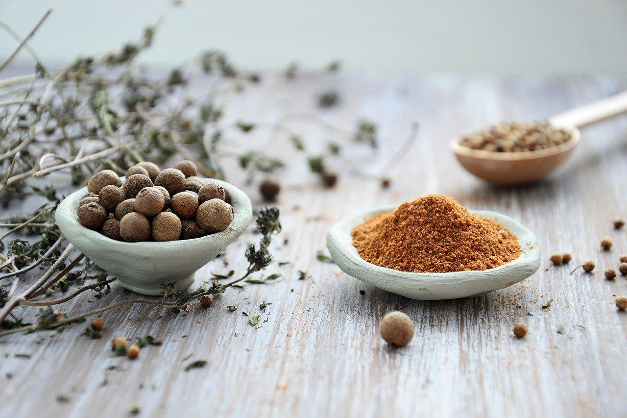 Фото orehi i kakao na stole.
