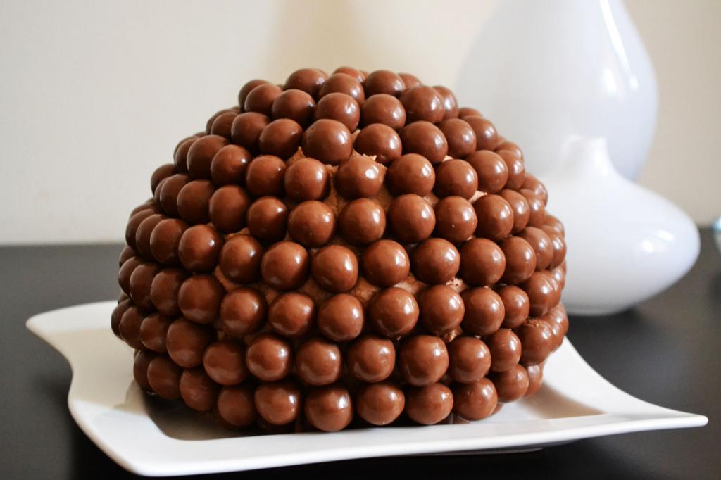 Фото Украсим десерт съедобными мячиками.