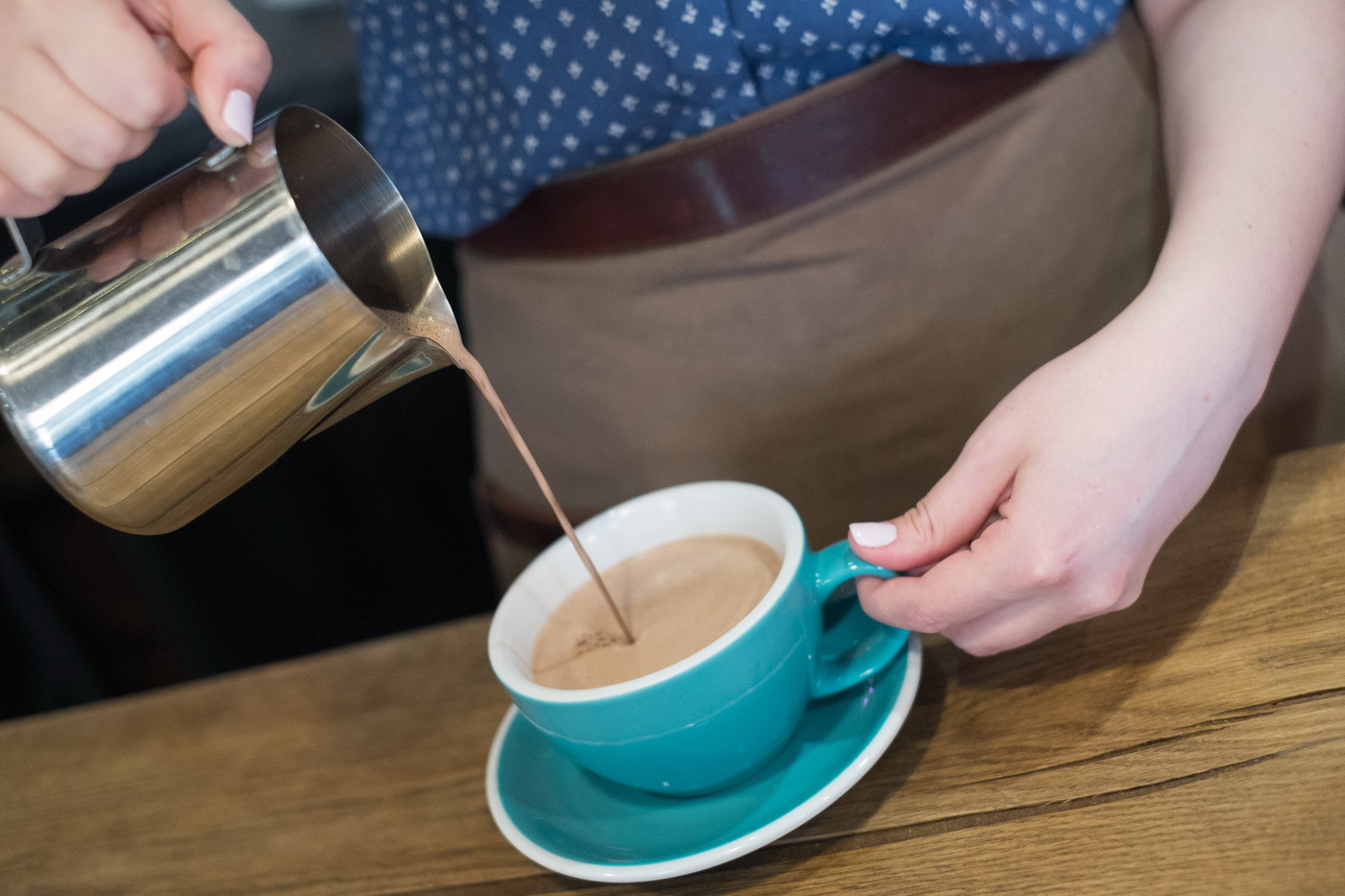 Фото наливать какао в чашку.