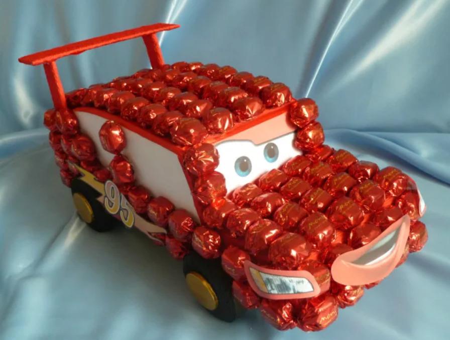 Фото машинка из конфет.